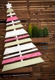 Kerstmisachtergrond met spar en houten Kerstboom Stock Foto's