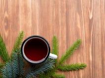 Kerstmisachtergrond met spar en kop thee Royalty-vrije Stock Foto's