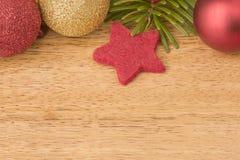 Kerstmisachtergrond met spar, snuisterijen en sterren op hout Royalty-vrije Stock Foto