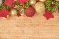 Kerstmisachtergrond met spar, snuisterijen en sterren op hout Royalty-vrije Stock Foto's
