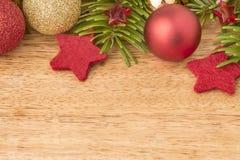Kerstmisachtergrond met spar, snuisterijen en sterren op hout Royalty-vrije Stock Afbeeldingen