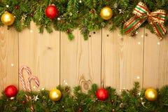 Kerstmisachtergrond met spar, suikergoed en snuisterijen Royalty-vrije Stock Afbeeldingen