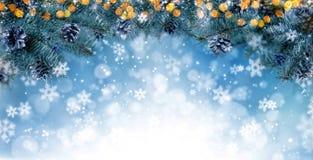 Kerstmisachtergrond met sparrentakken en lege wijnoogst wo Stock Fotografie
