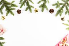 Kerstmisachtergrond met spartakken, denneappels, Kerstmisheden en decoratie op witte achtergrond Royalty-vrije Stock Afbeelding