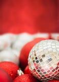 Kerstmisachtergrond met spiegelbal stock fotografie