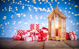 Kerstmisachtergrond met stapel van giften Royalty-vrije Stock Afbeeldingen