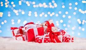 Kerstmisachtergrond met stapel van giften Stock Afbeeldingen