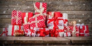 Kerstmisachtergrond met stapel van giften Stock Foto