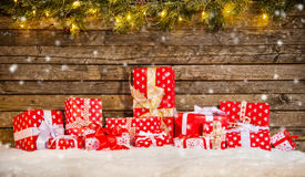 Kerstmisachtergrond met stapel van giften Royalty-vrije Stock Afbeelding