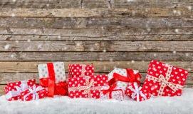 Kerstmisachtergrond met stapel van giften Royalty-vrije Stock Foto