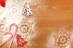 Kerstmisachtergrond met Suikergoed, sneeuwvlokken en decoratieve Chr Royalty-vrije Stock Fotografie