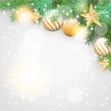 Kerstmisachtergrond met takken en gouden ornamenten Stock Afbeeldingen