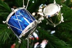 Kerstmisachtergrond met trommelambacht op de Kerstboom Royalty-vrije Stock Afbeelding
