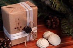 Kerstmisachtergrond op hout gift en heemst Stock Afbeeldingen