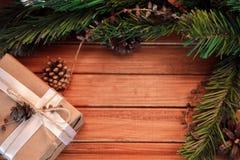 Kerstmisachtergrond op hout gift en heemst Stock Foto's
