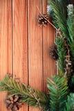 Kerstmisachtergrond op hout gift en heemst Stock Foto