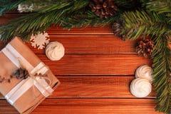 Kerstmisachtergrond op hout gift en heemst Royalty-vrije Stock Afbeeldingen
