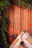 Kerstmisachtergrond op hout gift en heemst Stock Afbeelding
