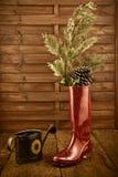 Kerstmisachtergrond, regenlaarzen en gieter Royalty-vrije Stock Foto's