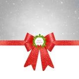 Kerstmisachtergrond - rode boog op zilveren achtergrond royalty-vrije stock afbeelding