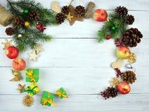 Kerstmisachtergrond in rustieke stijl Nieuw jaar Hoogste mening Stock Afbeeldingen