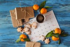 Kerstmisachtergrond - spar, giftdoos en wi van vakantiekoekjes Stock Fotografie