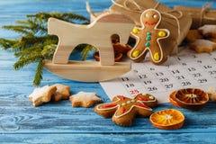 Kerstmisachtergrond - spar, giftdoos en wi van vakantiekoekjes Royalty-vrije Stock Fotografie