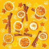 Kerstmisachtergrond van droge sinaasappelen, schil in de vorm van een ster en met kaneel Naadloze Achtergrond stock afbeeldingen