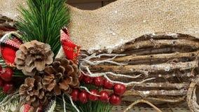 Kerstmisachtergrond van het denneappeltakje Stock Foto