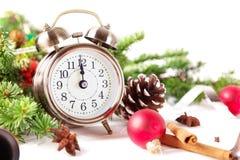 Kerstmisaftelprocedure aan het nieuwe jaar Klok en ballen en spar spr Royalty-vrije Stock Afbeelding