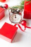 Kerstmisaftelprocedure aan het nieuwe jaar Klok en ballen en spar spr Stock Foto