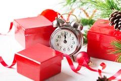 Kerstmisaftelprocedure aan het nieuwe jaar Klok en ballen en spar spr Royalty-vrije Stock Foto's