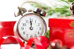 Kerstmisaftelprocedure aan het nieuwe jaar Klok en ballen en spar spr Stock Afbeeldingen