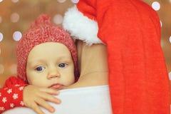 Kerstmisbaby op moedersschouder royalty-vrije stock afbeeldingen
