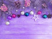Kerstmisbal, boom op een houten viering als achtergrond stock afbeelding