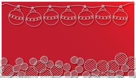 Kerstmisbal en ronde Sneeuwvlok op rode achtergrond Stock Fotografie