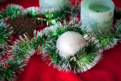 Kerstmisbal en slinger Stock Fotografie