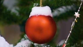 Kerstmisbal en sneeuw stock footage
