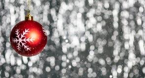 Kerstmisbal en sneeuw in de nacht, de abstracte achtergrond van bokehlichten, banner, stock afbeelding
