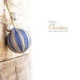 Kerstmisbal het hangen bij een houten muur, langzaam verdwenen grensachtergrond Royalty-vrije Stock Foto's