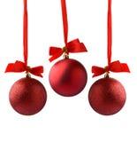 Kerstmisbal het hangen op lint op wit wordt geïsoleerd dat Royalty-vrije Stock Afbeeldingen