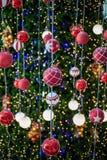 Kerstmisbal het haning op een Kerstboom stock fotografie