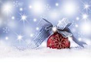 Kerstmisbal, lintsneeuw en ruimte abstracte achtergrond Stock Afbeeldingen