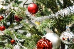 Kerstmisbal met in de decoratie van de pijnboomboom stock foto's