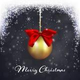 Kerstmisbal met een rode boog op de donkere achtergrond met dalende sneeuw Stock Afbeelding