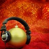 Kerstmisbal met hoofdtelefoons Royalty-vrije Stock Afbeelding