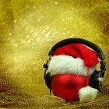 Kerstmisbal met hoofdtelefoons Stock Foto's