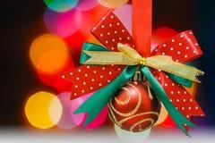 Kerstmisbal met kleurrijke verlichting stock afbeelding