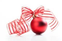 Kerstmisbal met lint Stock Fotografie