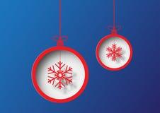 Kerstmisbal met sneeuwvlok op blauwe achtergrond Stock Afbeelding